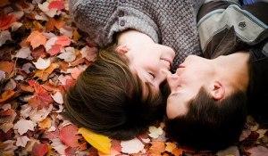 casal deitado no outono